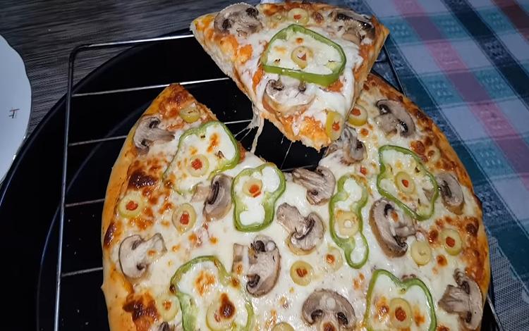 طريقة عمل البيتزا بالفطر والجبنة