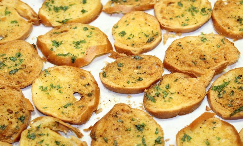 شرائح خبز الفينو المحمص بالزبدة و الثوم