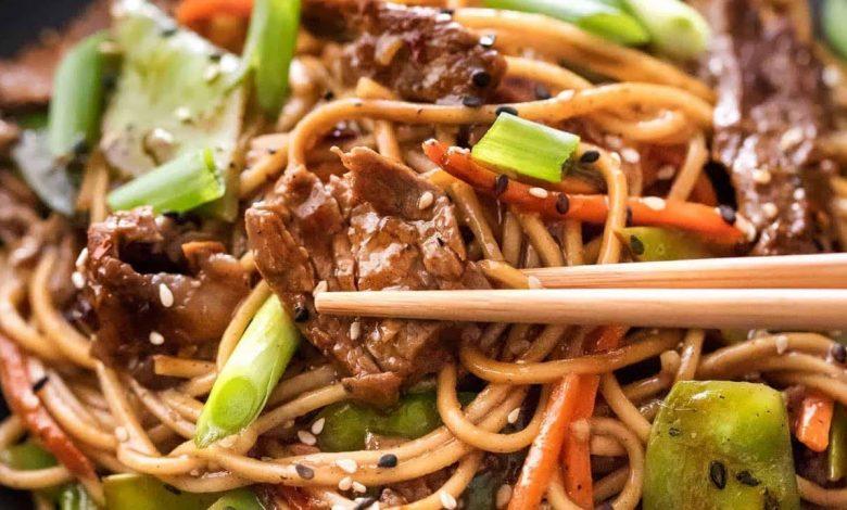 طريقة عمل النودلز الصيني باللحم