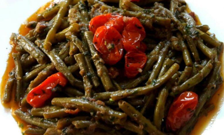 سلطة لوبيا خضراء مشرملة بالطماطم وزيت الزيتون