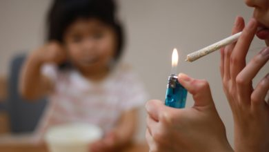 أضرار تدخين الأهل على الأطفال
