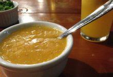 حساء العدس الأصفر بالكريمة والكسبرة