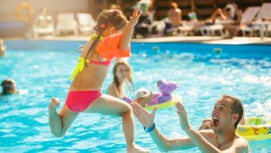 كيفية تجنب المشاكل الصحية لطفلك عند نزوله حمام السباحة