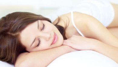 وضعية نومك تؤثر على تجاعيد وجهك