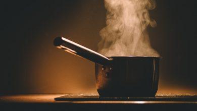 أواني غلي الشاي والقهوة وتقديمها في المطبخ