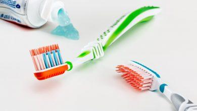 كيفية تنظيف وتعقيم فراشي الأسنان الكهربائية والعادية