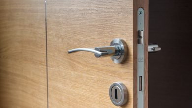 ما هي عيوب الأبواب الخشبية وكيفية العناية بها؟