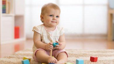 متى يبدا الطفل بالجلوس