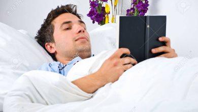 هل يجوز قراءة القران وانا مستلقي أو منسدح